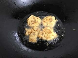 香酥炸鸡 ,炸至两面呈金黄色即可捞出。