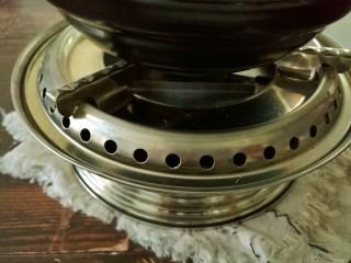 干锅牛蛙,点上酒精炉,把砂锅置在酒精炉上,慢慢享用。