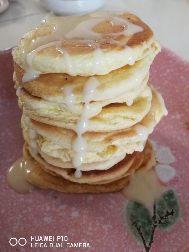 鸡蛋小松饼,所有煎好后罗起来 挤上一点雀巢奶昔做点缀  松软可口 非常适合小一点的宝宝吃