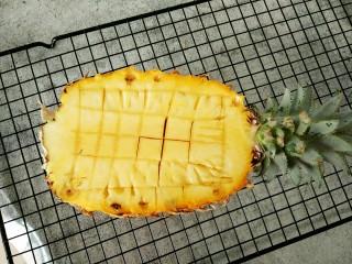 菠萝咕咾肉,然后用锋利的刀子如图中那样切成小块