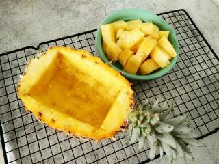 菠萝咕咾肉,这样就干净了,菠萝肉要放在淡盐水中泡半个小时左右哦