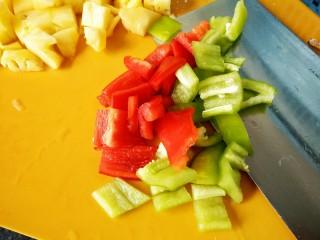 菠萝咕咾肉,准备好青红椒切成小块备用