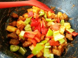菠萝咕咾肉,然后再加入青红椒翻炒