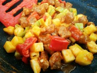 菠萝咕咾肉,最后可以加少许许盐拌匀即可关火