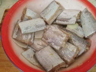 家庭版&红烧带鱼,带鱼洗净开膛去肚,剪成小段(如图),用盐和花椒面,葱段喂上最少半个小时。