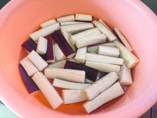 肉末茄子,泡在淡盐水中10分钟。以防变黑。