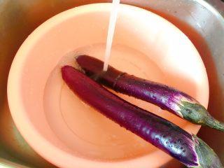 肉末茄子,茄子用清水洗净。