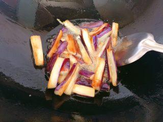肉末茄子,中火炸至茄子表面微焦熟透。