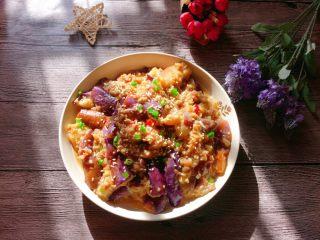 肉末茄子,出锅后撒点熟白芝麻,葱花。