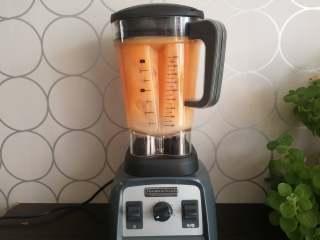 果蔬汁,一瞬间就能将果蔬汁打得非常细腻,杯壁上没有残留的果渣。