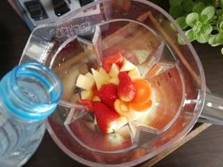 果蔬汁,将所有食材放入汉美驰破壁料理机中,加入适量清水。水的用量可根据自己的喜好来定,喜欢稠一点水少一些,喜欢稀一点水就要多放一点。