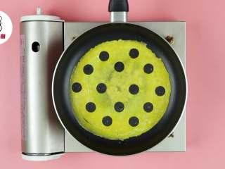网红波点蛋包饭,用裱花头在蛋皮上压出圆形,抠出蛋皮