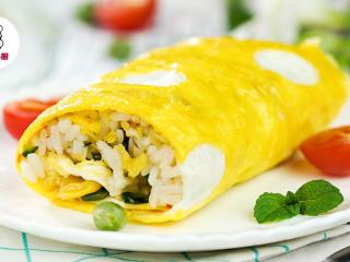 网红波点蛋包饭,盛出蛋包饭,对半切开,即可享用