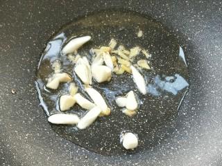 酱爆鱿鱼/鱿鱼圈,起油锅,放姜末蒜末煸炒出味。