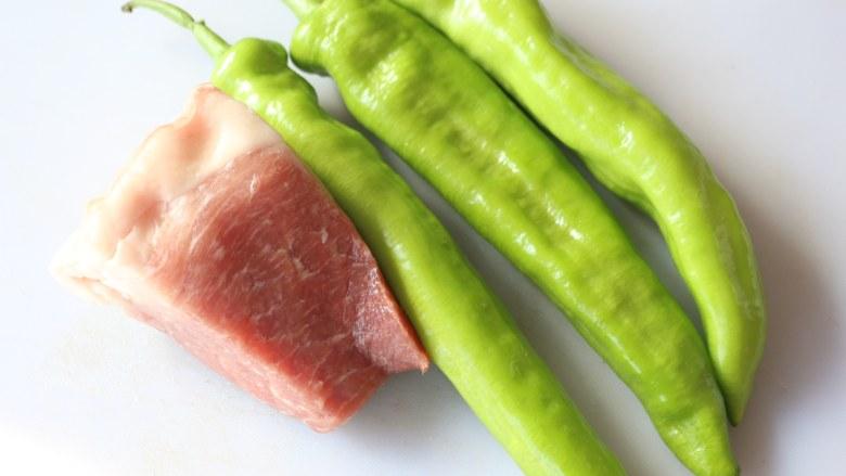 尖椒炒肉丝,准备食材。