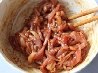 尖椒炒肉丝,猪肉中加入生抽、淀粉、盐、少许水,腌制20分钟。