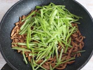 尖椒炒肉丝,加入青椒丝翻炒。