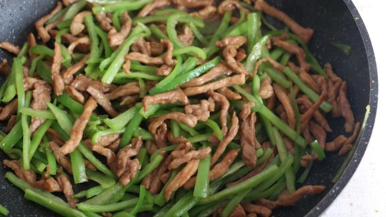 尖椒炒肉丝,翻炒片刻。