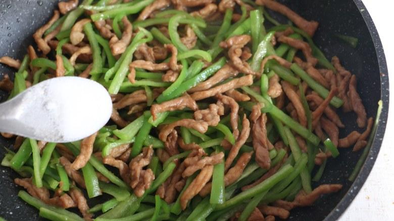 尖椒炒肉丝,出锅前撒少许盐调味。