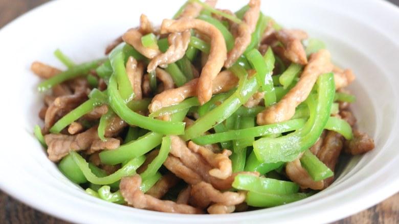 尖椒炒肉丝,盛出即可食用。