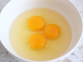 香椿炒鸡蛋,鸡蛋磕入碗中。