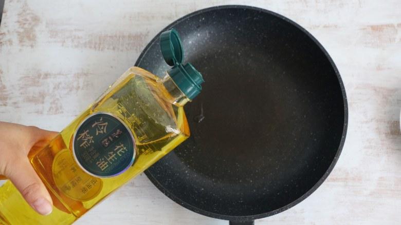 香椿炒鸡蛋,锅中倒入适量食用油。