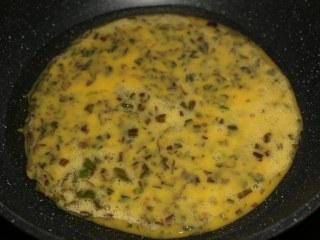 香椿炒鸡蛋,油热后,倒入蛋液。