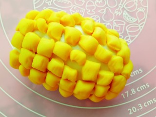 果蔬造型馒头,白色面团表面喷一些水,将切好的黄色小面剂粘在表面。