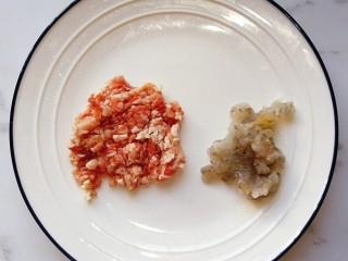 宝宝辅食—虾仁猪肉丸高汤烩饭,猪肉解冻剁碎,鲜虾去壳去虾线剁碎