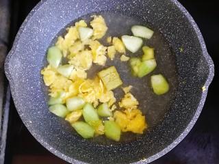 宝宝辅食—虾仁猪肉丸高汤烩饭,倒入一碗清水和宝宝高汤块(没有高汤块就用高汤代替)