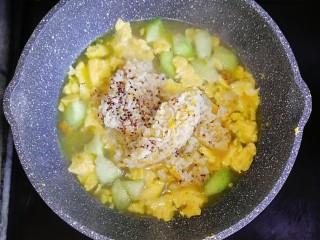 宝宝辅食—虾仁猪肉丸高汤烩饭,煮至高汤块融化后,倒入一碗熟米饭