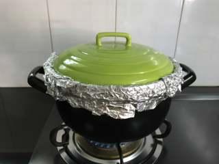 砂锅烤窑鸡,先大火烤10分钟后转中小火中间把鸡翻个面,约30分钟后,用筷子戳一下肉最厚的地方能戳动就可以熄火了。