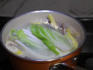 快手腌笃鲜,加入白菜,再煮两分钟即可。