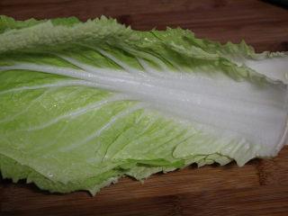 快手腌笃鲜,煮腊肉的时候准备一些新鲜的白菜叶子。用大白菜口感更好。