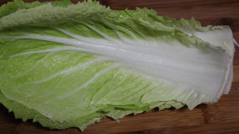 快手腌笃鲜,煮腊肉的时候准备一些新鲜的白菜叶子。用<a style='color:red;display:inline-block;' href='/shicai/ 113'>大白菜</a>口感更好。