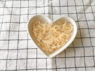 虾皮蛋羹,虾皮用清水洗净