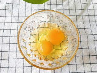 虾皮蛋羹,鸡蛋磕开