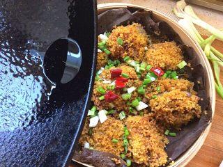 荷叶小米蒸排骨,浇在干辣椒和葱花上