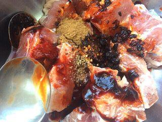 荷叶小米蒸排骨,在放一勺面酱,一勺老干妈豆豉酱,少许白胡椒粉,五香粉,放一勺白酒