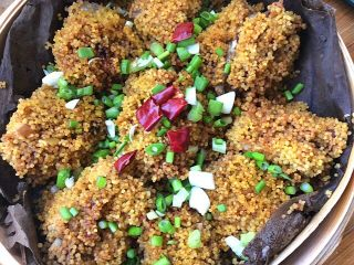荷叶小米蒸排骨,在放几个干辣椒段