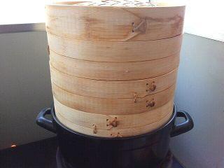荷叶小米蒸排骨,上锅蒸,水开后转中火蒸50分钟