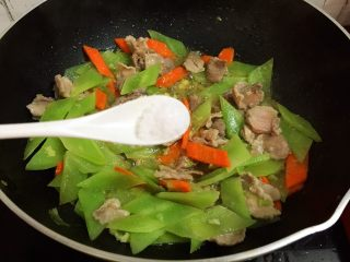 莴笋炒肉,加入盐