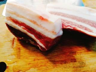 家常菜+梅菜扣肉,将肉对开