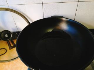 家常菜+梅菜扣肉,用厨房纸把肉表面的水擦净。锅里放油