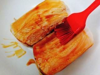 家常菜+梅菜扣肉,用刷子刷在肉上
