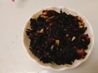 家常菜+梅菜扣肉,煎好的五花肉切片,厚薄随意。码放在碗里,铺上炒好的梅干菜