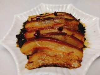 家常菜+梅菜扣肉,梅菜扣肉倒扣在盘子里,剩余的汤汁勾芡,放点味精提味后浇在肉上即可。