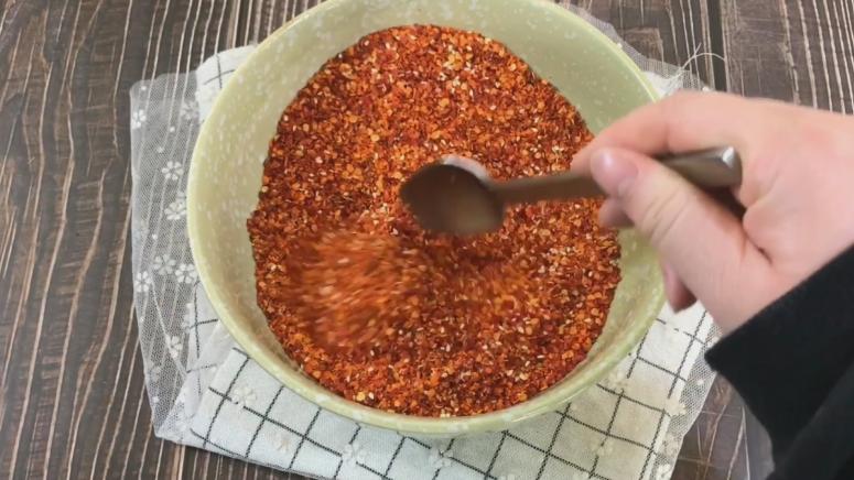 香喷喷的辣子油,搅拌均匀