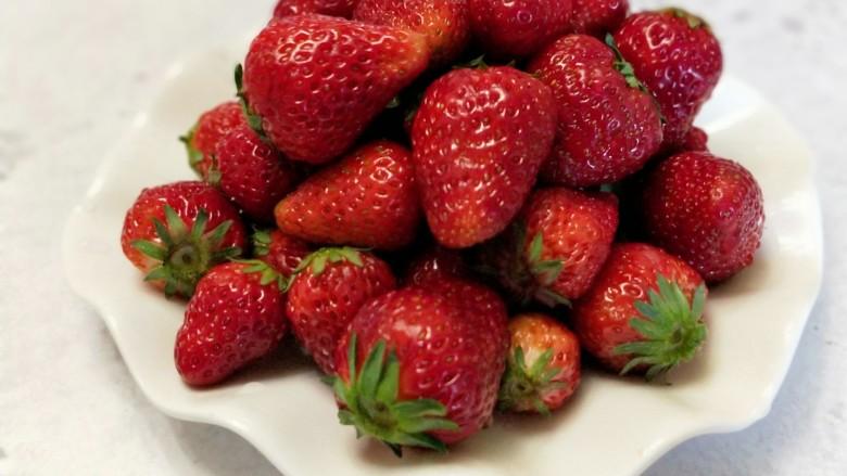 自制无添加草莓酱,新鲜的草莓