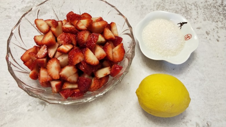 自制无添加草莓酱,将草莓切丁